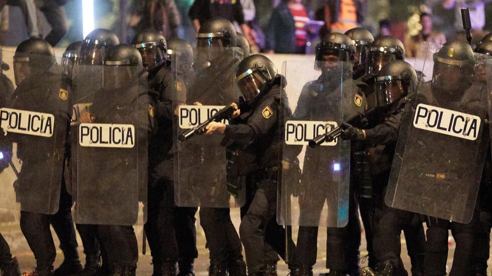 Втора вечер на протести и сблъсъци с полицията в Барселона