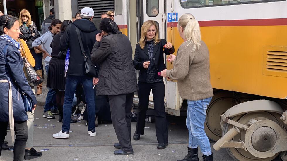 Трамвай излезе от релсите в центъра на София, блъсна жена