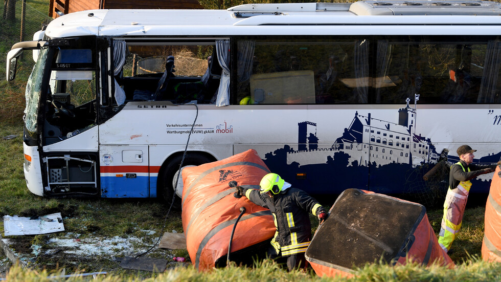 Две деца загинаха при катастрофа с училищен автобус в Германия