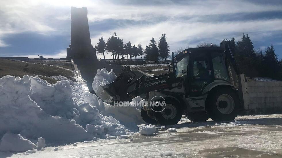 Започна почистването на паметника на Шипка