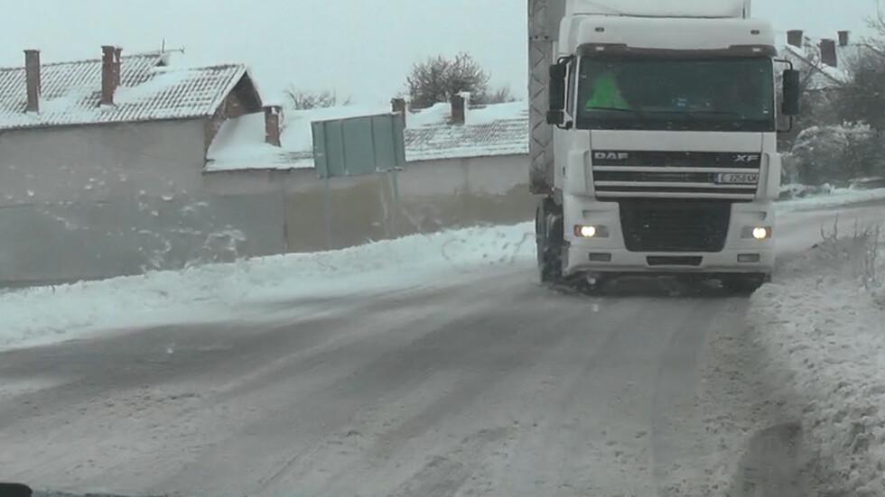 ЗАРАДИ СНЕГОВАЛЕЖА: Три междуселищни отсечки във Врачанско остават затворени