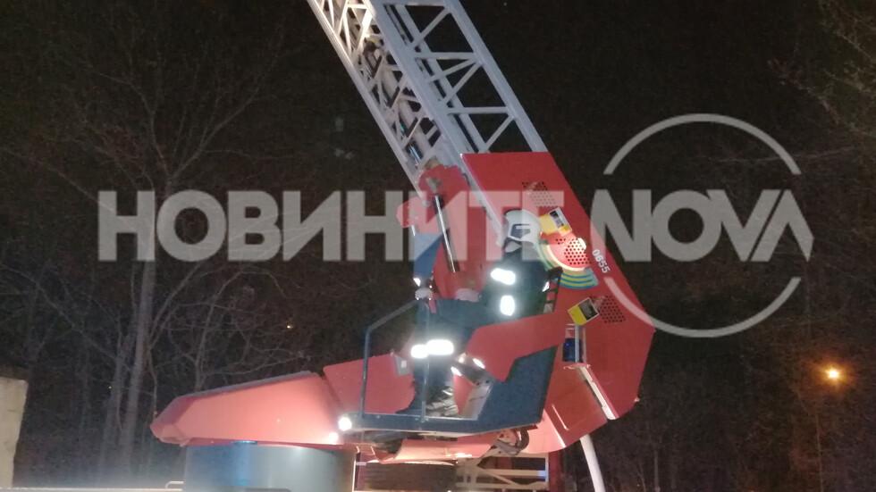Пожар в старата митрополия на Търново, гори покрива на сградата