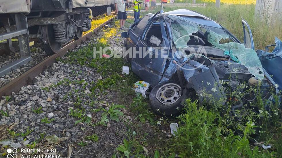 Влак помете лека кола край Шумен (СНИМКИ)