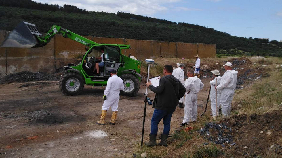 Продължава търсенето на незаконно заровен боклук край Червен бряг