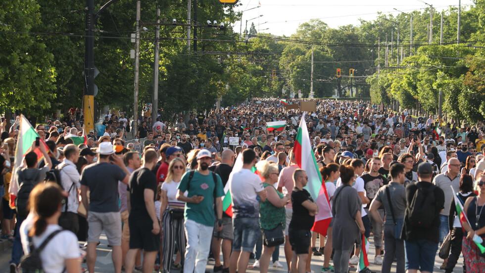 Трета поредна вечер на протести в центъра на София