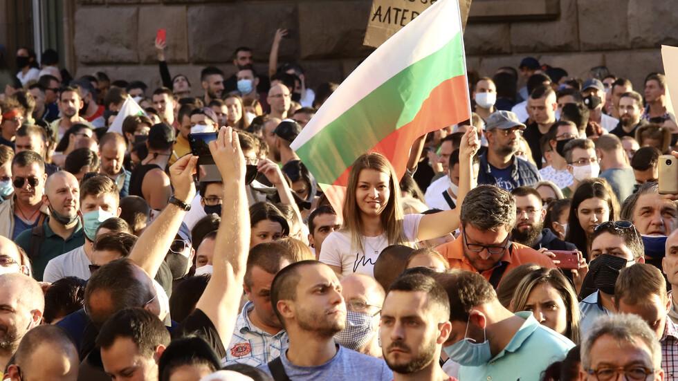 ПЕТИ ДЕН ПРОТЕСТИ: Продължават шествията в центъра на София