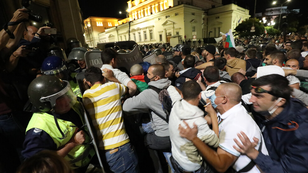 Бомбички, бутилки и павета полетяха към полицаите на протеста в София