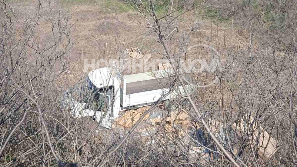 Товарен автомобил излетя в канавка, за да избегне удар