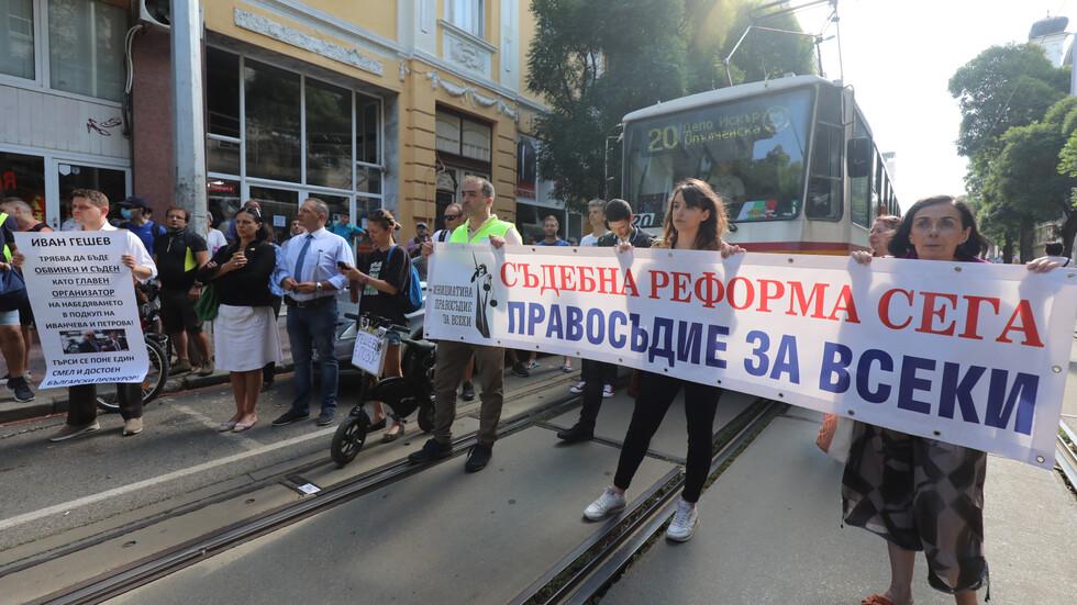 ВСС обсъжда отстраняването на Гешев, граждани протестират