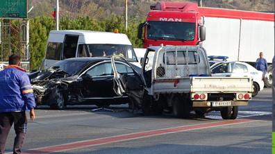 Челен удар между лек автомобил и камион затвори главен път Е-79