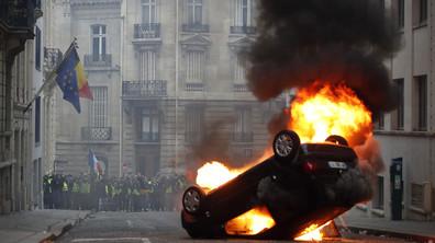 Автомобили горят по улиците на Париж