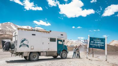 Как едно семейство обиколи света със стар камион?