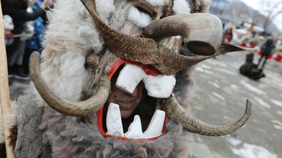 Кукери гонят злото в Брезник