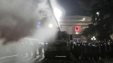 Демонстрация на опозицията в Тирана ескалира