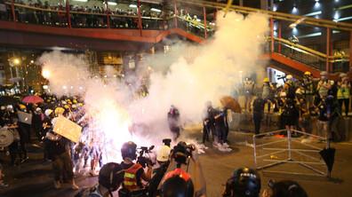 Сълзотворен газ и гумени куршуми срещу демонстранти в Хонконг