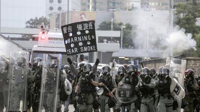 Нови сблъсъци между полицията и протестиращите в Хонконг