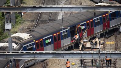 Влак дерайлира в Хонконг в час пик, има ранени