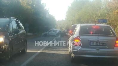 Патрулка и цивилен автомобил се удариха край Дряново