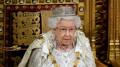Кралица Елизабет II наруши традицията, сложи по-лека корона