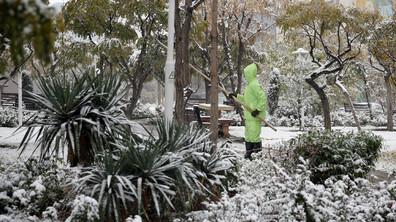 Сняг блокира трафика и затвори училищата в Техеран