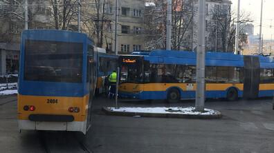 Кола се заби в трамвай в София