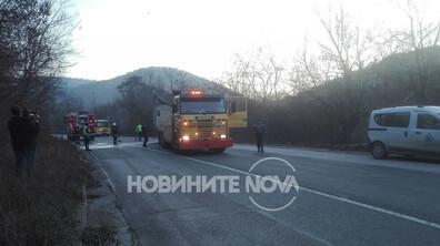 Камион и кола се удариха на път Е-79, има жертва