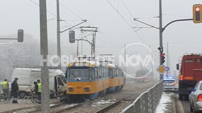 """Бус удари трамвай на """"Ботевградско шосе"""""""