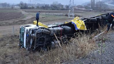 """Камион се обърна на магистрала """"Струма"""""""