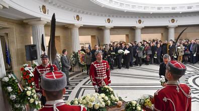 Стотици дойдоха да се сбогуват с академик Благовест Сендов
