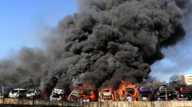 Пожар в автоморга в Хасково, горяха десетки автомобили