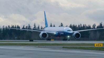 Най-големият двумоторен пътнически самолет извърши първия си полет