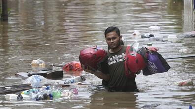 Големи наводнения парализираха Джакарта