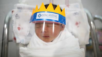 Новородени с шлемове срещу коронавируса