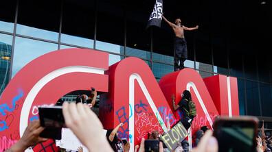 Демонстранти нападнаха и централата на Си Ен Ен в Атланта