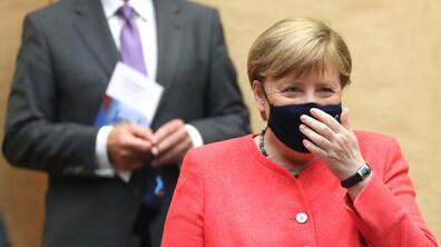 Ангела Меркел с тематична маска