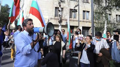 Протестиращи се събраха пред МВР