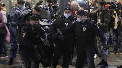 Над 100 задържани след протест за оставката на Путин в Москва