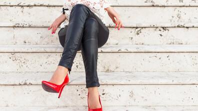 Вредно ли е да кръстосваме крака, докато седим?
