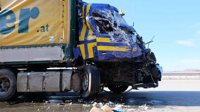 """Тир се вряза в друг камион, спрял на """"Тракия"""""""