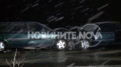 Верижна катастрофа след челен удар на пътя София-Кулата