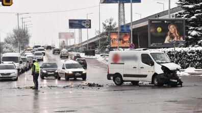 Шофьор е в болница след катастрофа между джип и микробус в София