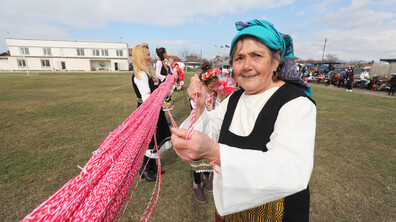 Нови Искър постави нов национален рекорд за най-дълга мартеница
