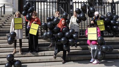 Черни балони полетяха в небето над София