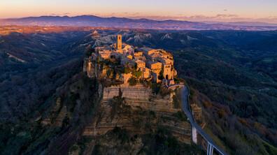 """""""Умиращият"""" италиански град, който омайва туристите"""