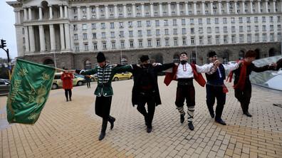 Частни фолклорни ансамбли излязоха на протест
