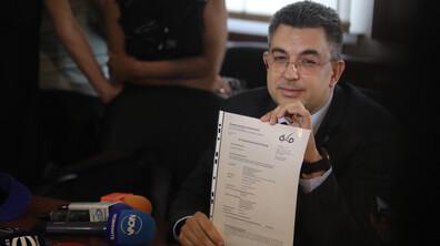 Кандидат-премиерът Николов показа дипломите си