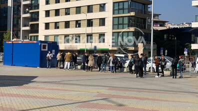 ЗА ТЕСТ: Опашка от служители и посетители пред столичен мол