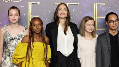 С РОКЛЯТА НА МАМА: Дъщерите на Джоли заблестяха с нейни тоалети на червения килим
