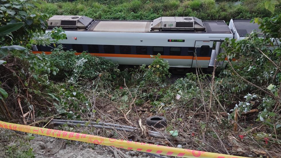 Десетки загинали и ранени при влакова катастрофа в Тайван