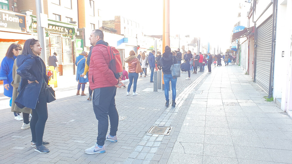 Огромни опашки от чакащи пред секциите в чужбина